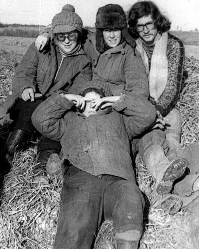 На сортировке картофеля бригада Владислава Листьева.  Ирина Петровская (второй ряд, слева), 1977 год