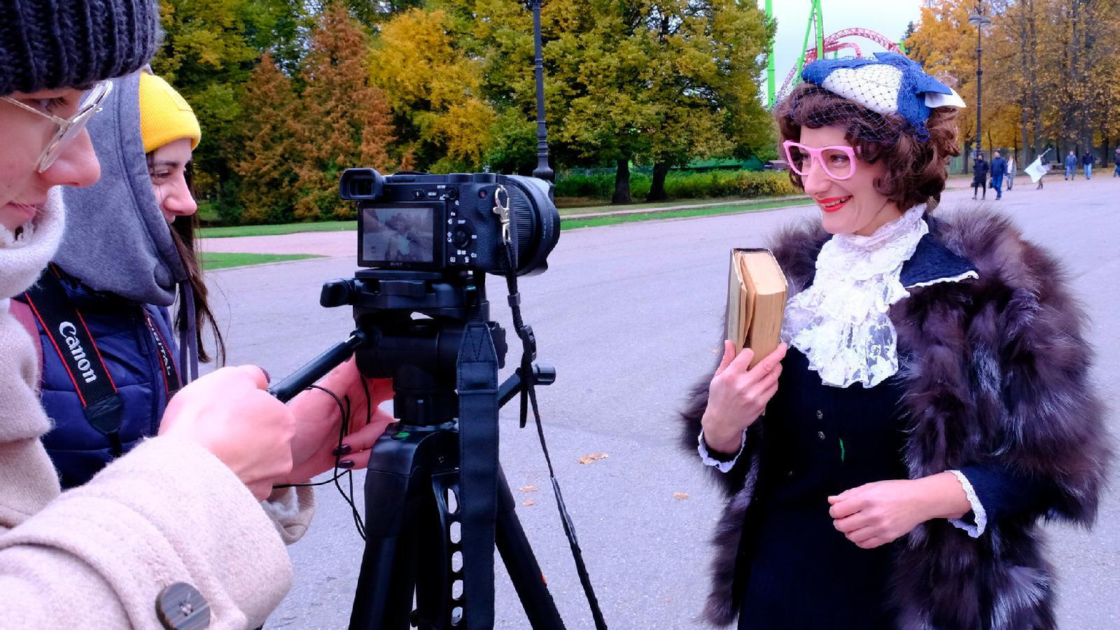 Корреспондент Развилки Виктория Бобрович записывает видео для благотворительного забега «Айда, Пушкин»