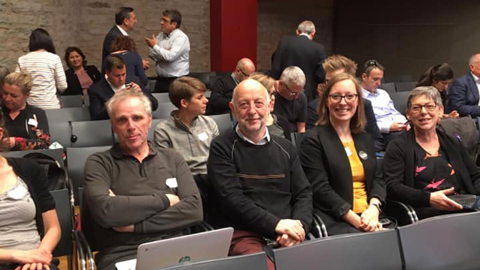 Президент МФЖ Филипп Лерут (посередине) с участниками Генеральной ассамблеи