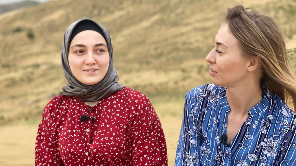 Журналист Анна Зуева (справа) во время экспедиции по Северному Кавказу