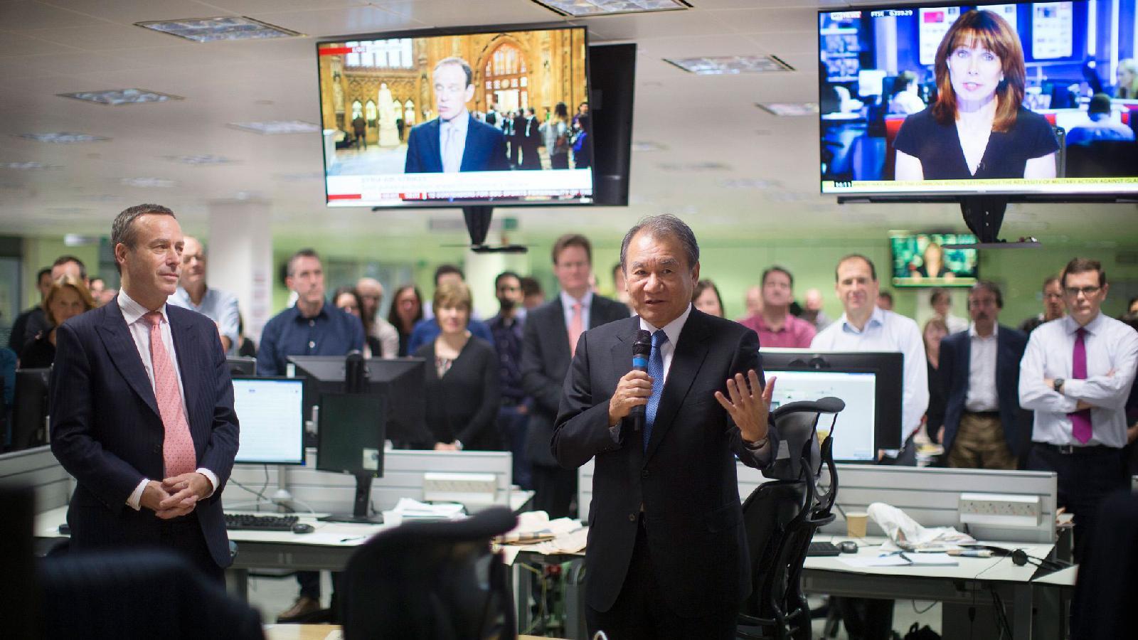 Президент Nikkei Цунео Кита навстрече средакцией The Financial Times. Слева — главный редактор издания Лайонел Барбер