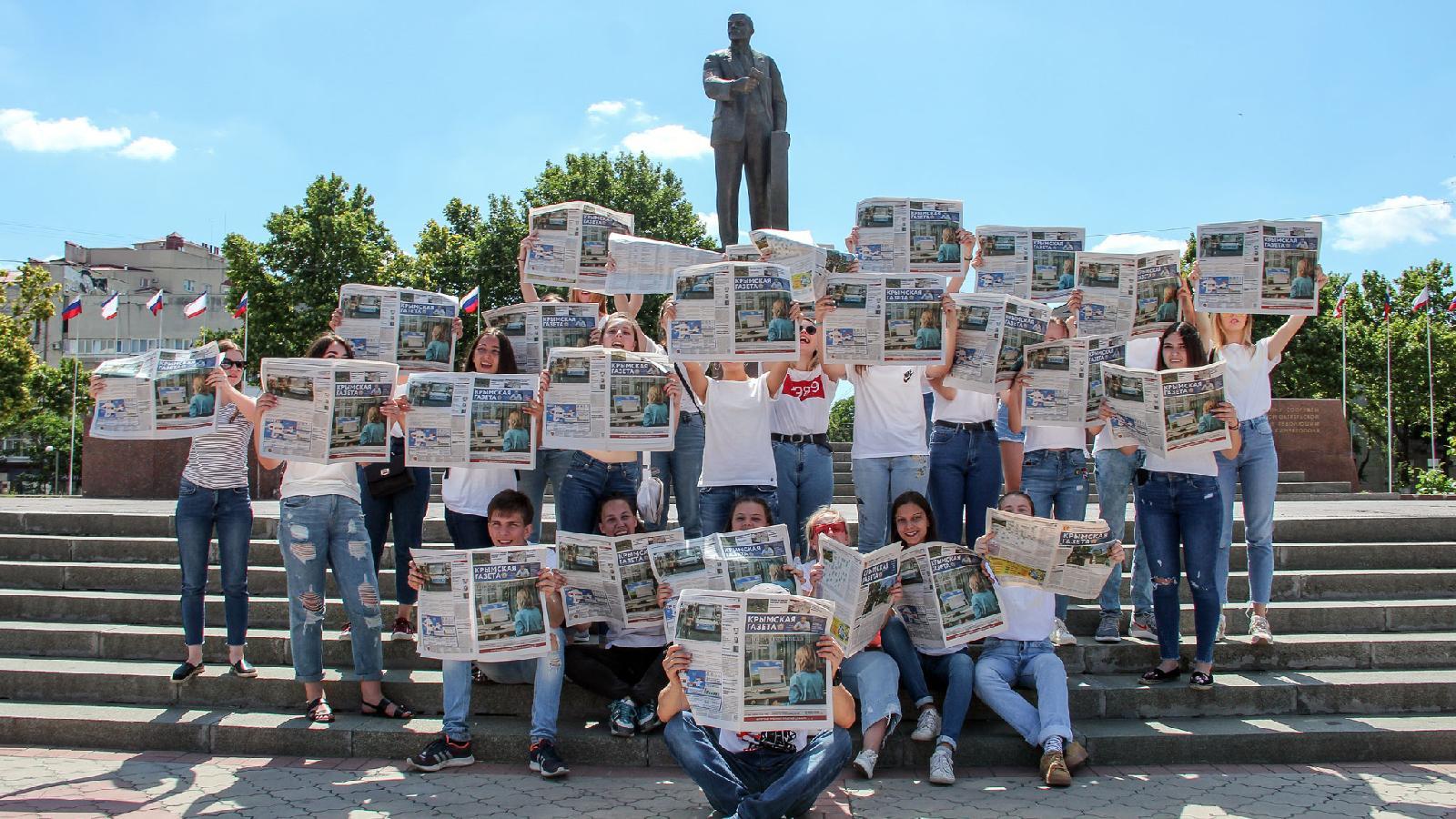 Флешмоб «Все читают «Крымскую газету»», приуроченный к 84-летию издания. Симферополь. 3 июля 2018 года