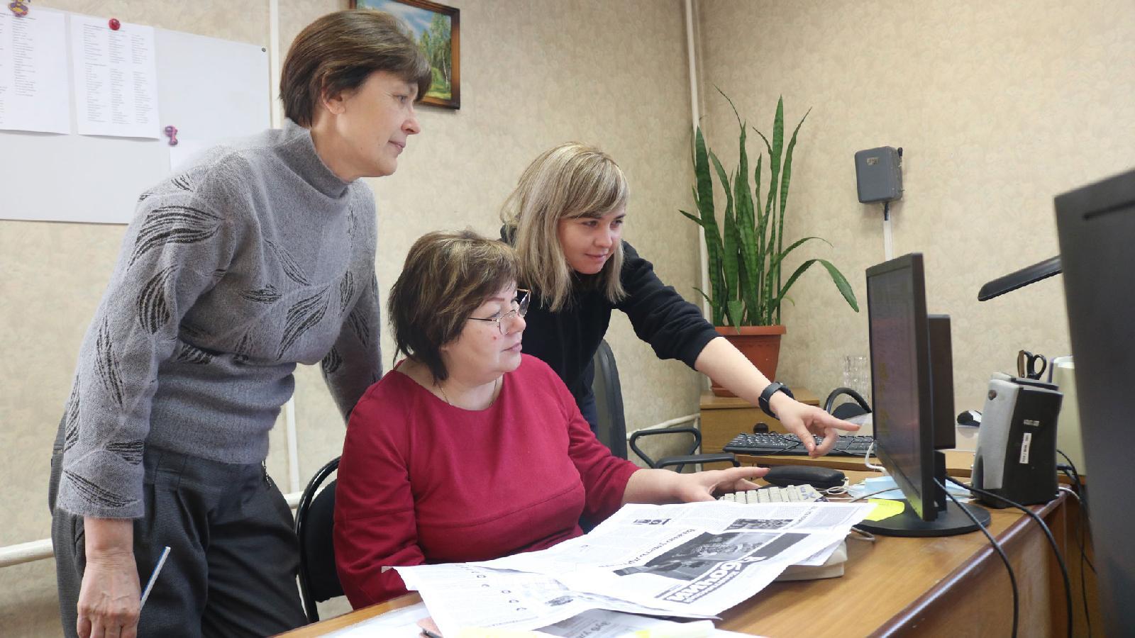 Слева направо: руководитель редакторского отдела Светлана Кулёва, операторы верстки Светлана Конюшина и Кристина Родионова