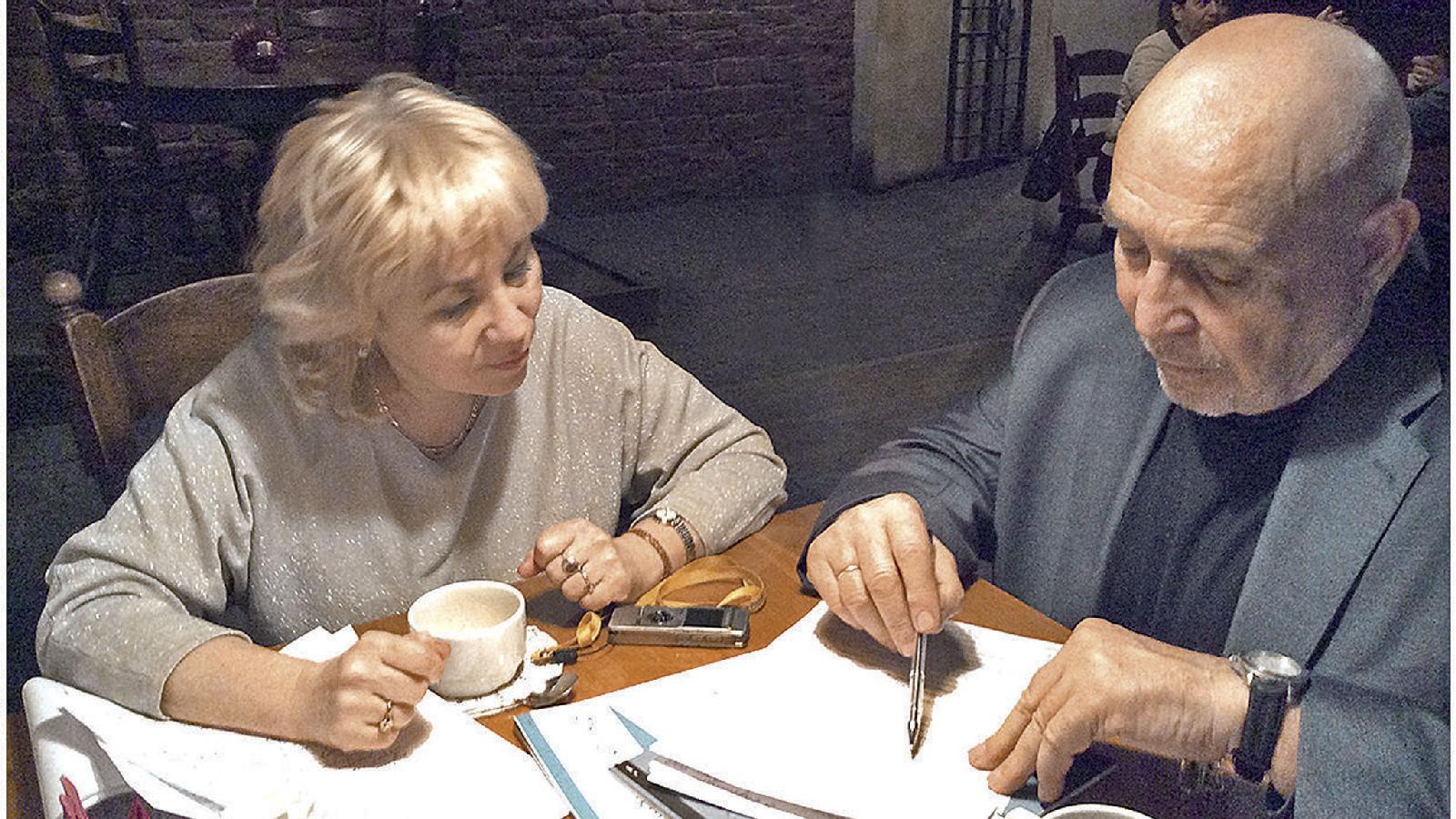 Леонид Левин за чашкой кофе в Доме журналистов отвечает на вопросы Венеры Якуповой