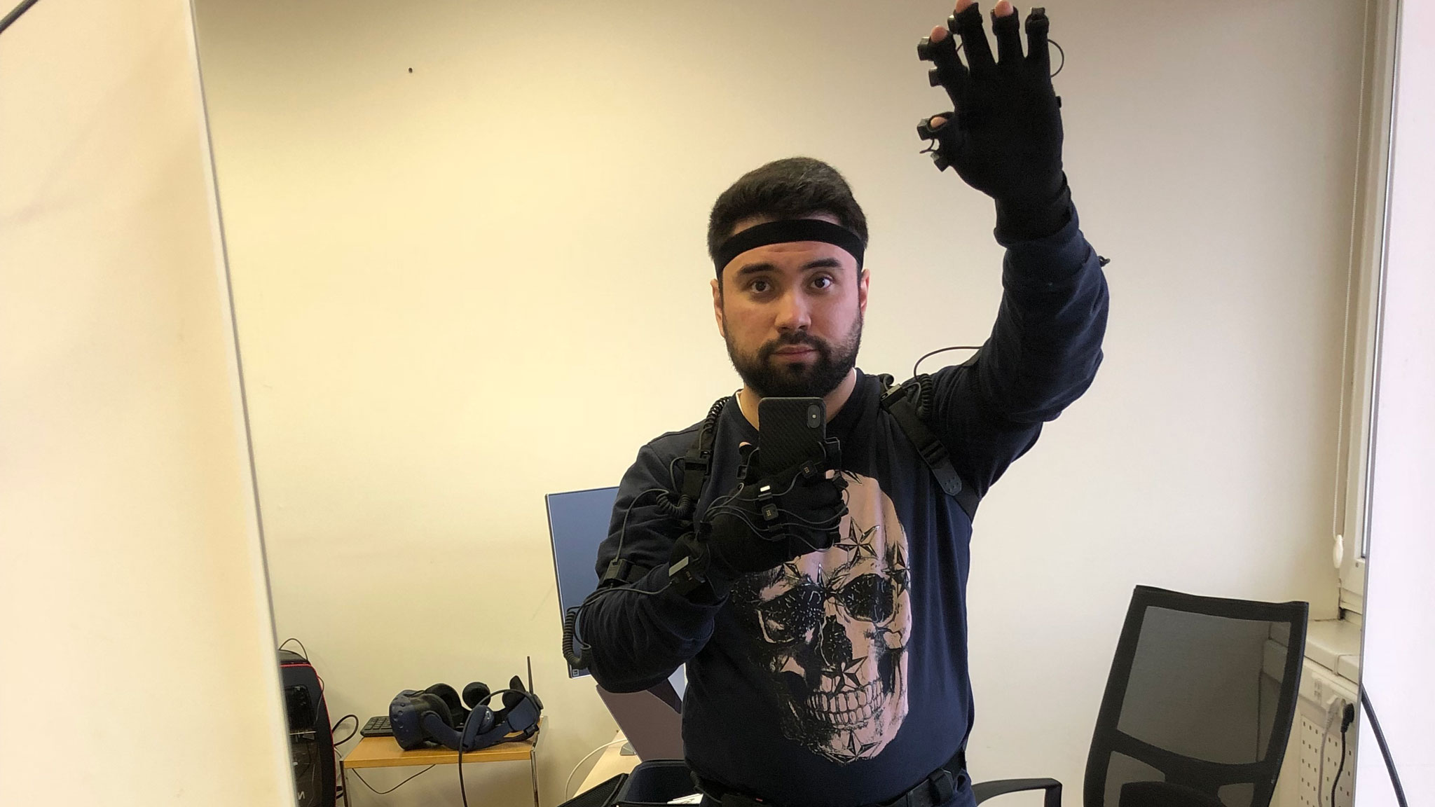 Руководитель центра разработки экспериментальных проектов ДалерФатыхов вкостюме motion capture, который помогает захватывать движения ипроектировать ихввиртуальной реальности