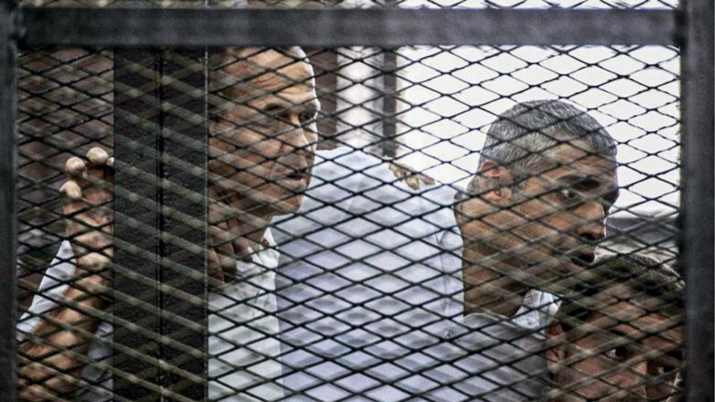 Австралийский корреспондент телекомпании Al-Jazeera Питер Крест и его коллеги слушают выступление защитников во время процесса в каирской тюрьме