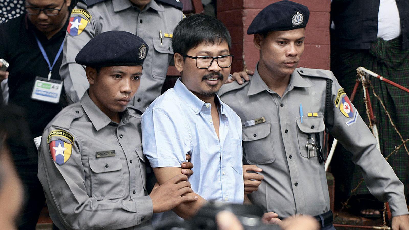 Корреспондент Reuters Ва Лон на выходе из суда в Янгоне (Мьянма). Ему предъявлено обвинение в незаконном получении секретных документов, свидетельствующих о внесудебных убийствах военными мусульман-рохинджа в штате Ракхайн. Июль 2018