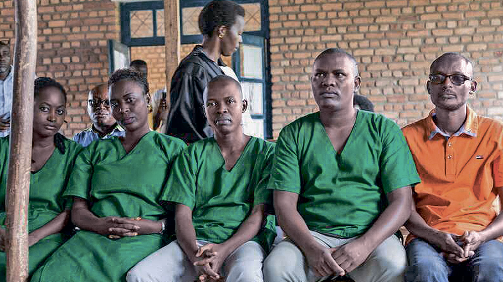 Четверо журналистов из независимой Iwacu Press Group и их водитель в зале суда города Бубанза на западе Бурунди. Их обвинили в заговоре против государственной безопасности. Декабрь 2019