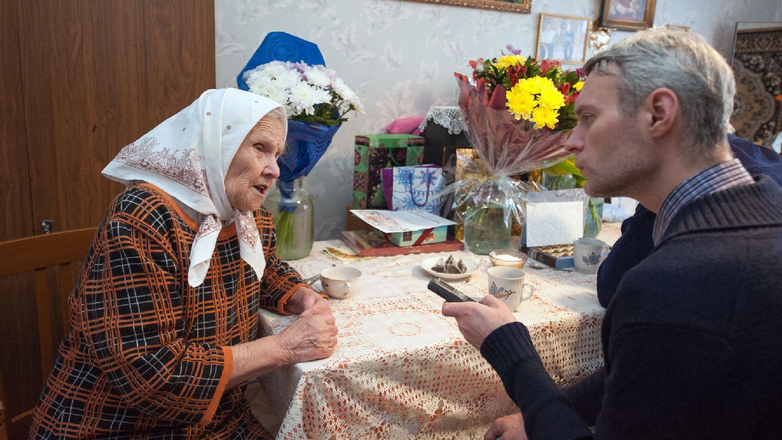 Журналист «ОГ» Станислав Мищенко берет интервью устарейшей жительницы Свердловской области:  Александре Акуловой в2018году исполнилось 108лет