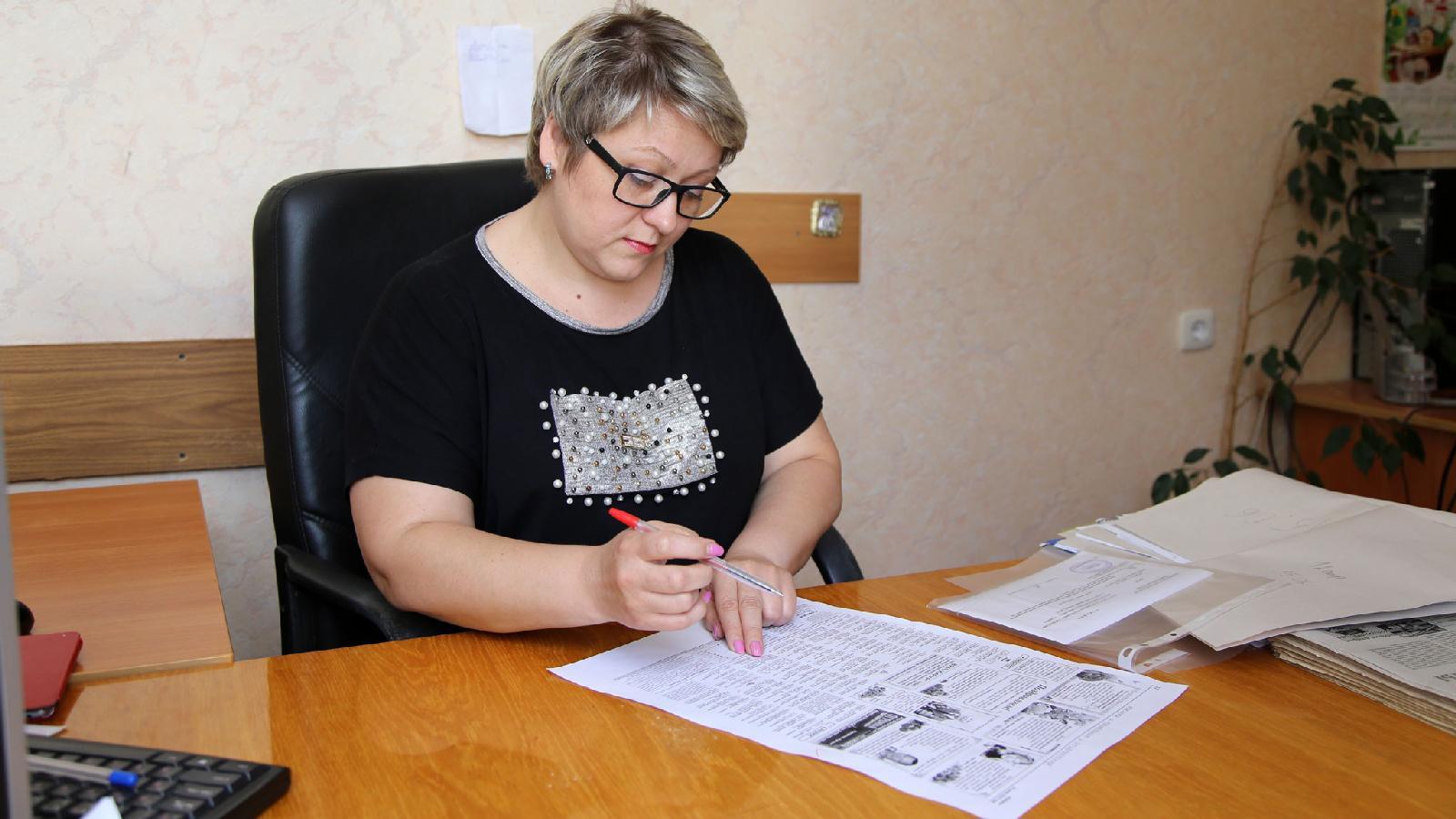 Последний взгляд: корректор Алена Бондаренко тщательно вычитывает тексты ивмакетах