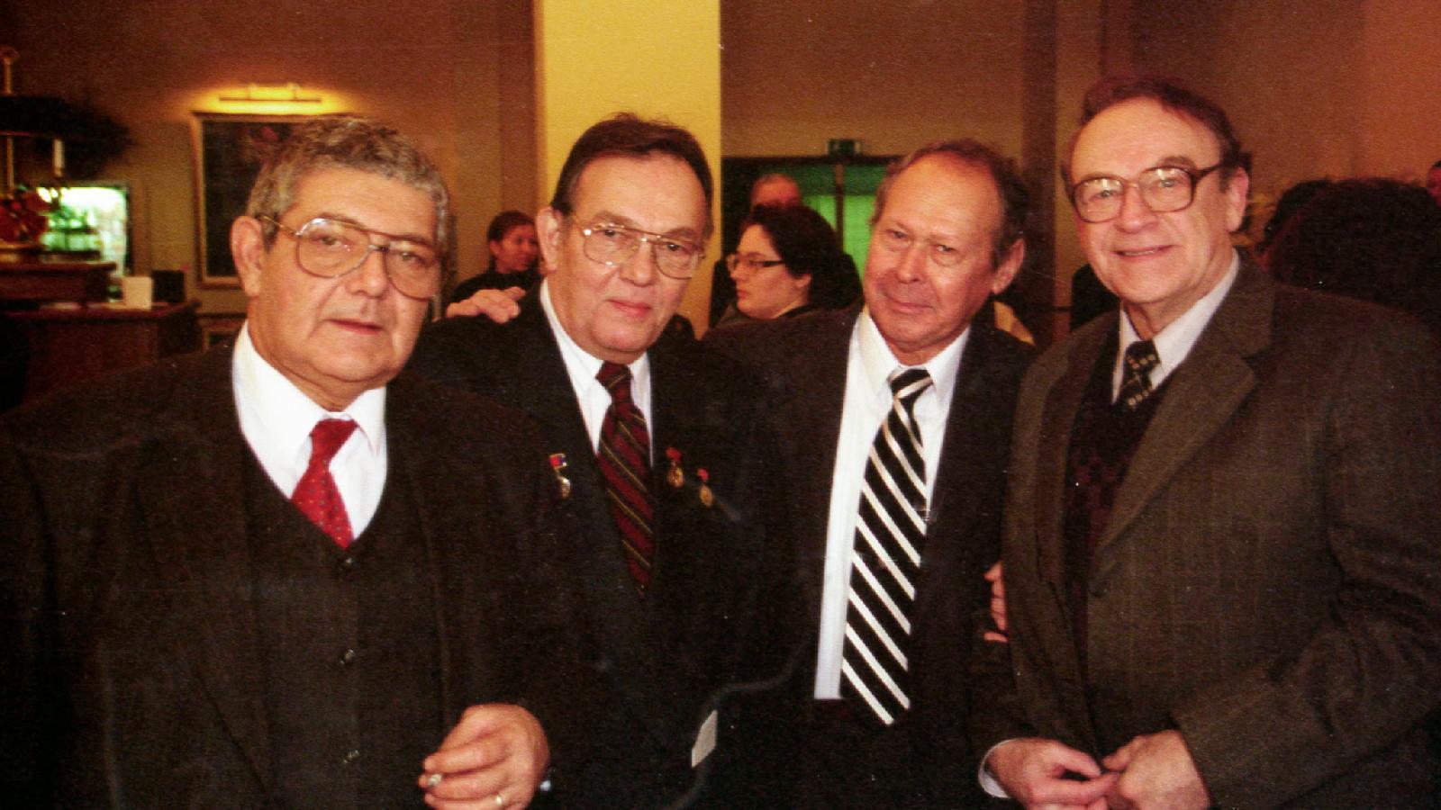 Вместе с Игорем Кирилловым и Фаридом Сейфуль-Мулюковым впервые получили премию «Лучшие перья России», 1999 год Слева Виктор Самарин, комментатор Гостелерадио