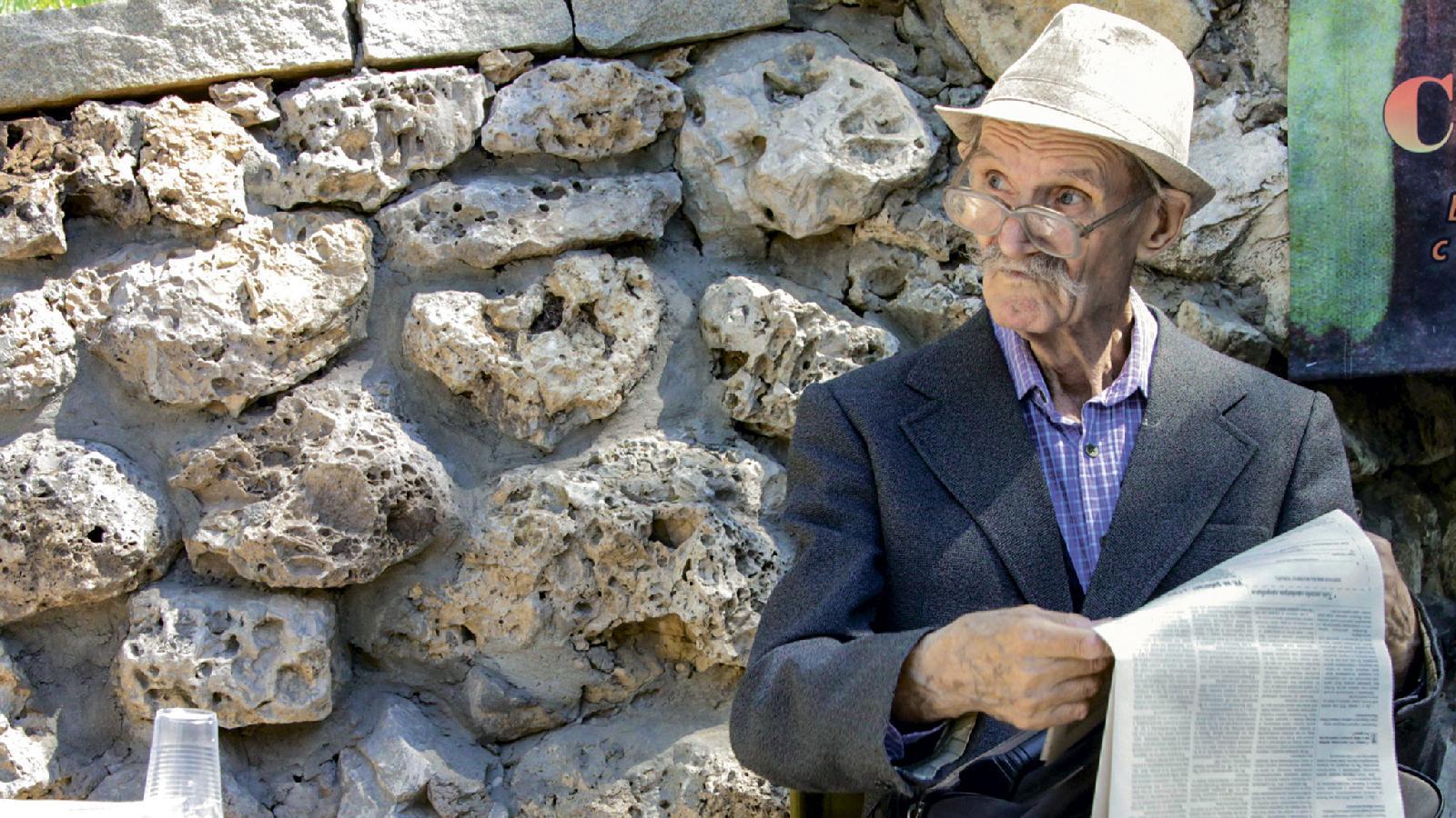 Виктор Иванович Скачков, постоянный читатель газеты, 87 лет. Долгие годы пел в хоре для ветеранов. С 1959 года и до настоящего времени увлекается вышивкой. Пишет стихи