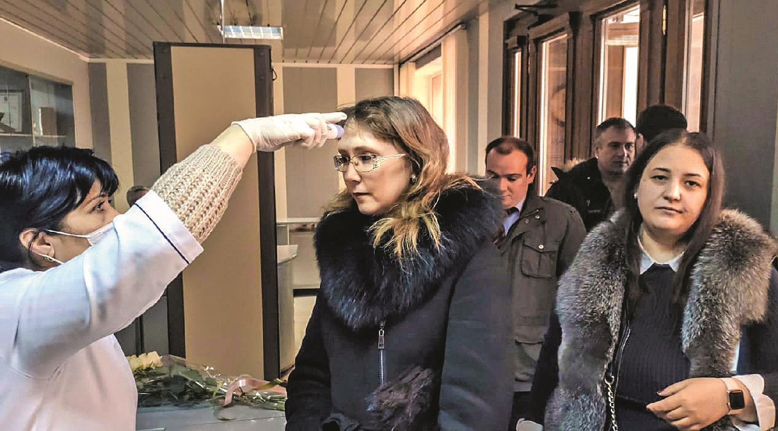 Журналист Юлия Дорошенко проходит бесконтактный осмотр перед заседанием городской Думы