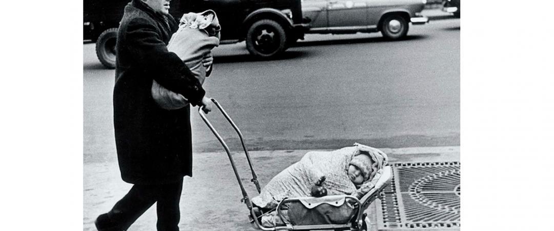 Виктор Ахломов. Москва. «Плевать нам на Мальтуса!» Снимок вызвал большой резонанс как ответ на известную тогда теорию Мальтуса о необходимости ограничить рождаемость из-за ограниченности продовольственных ресурсов