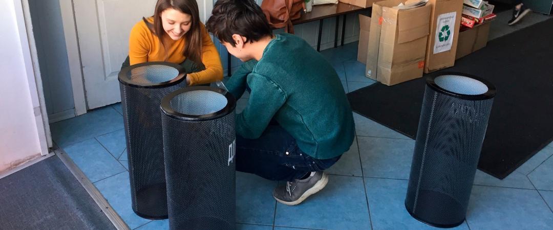 Студенты устанавливают урны дляраздельного сбора отходов в«Высшей школе журналистики имассовых коммуникаций»