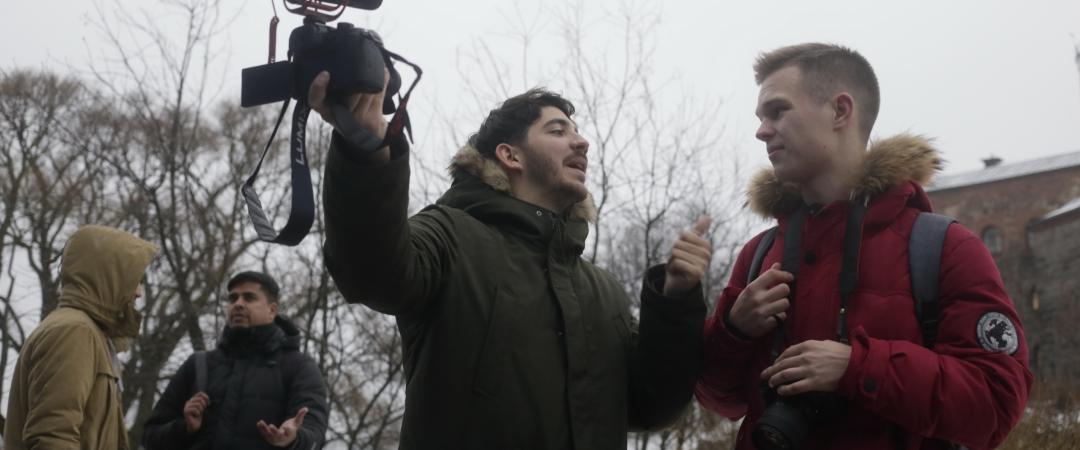Диалог культур в действиии, фотограф Ануч Медхави (Индия) и блогер Мануэль Гихаррубийа (Аргентина) общаются с молодыми российским журналистами. Фото: Анвар Галеев