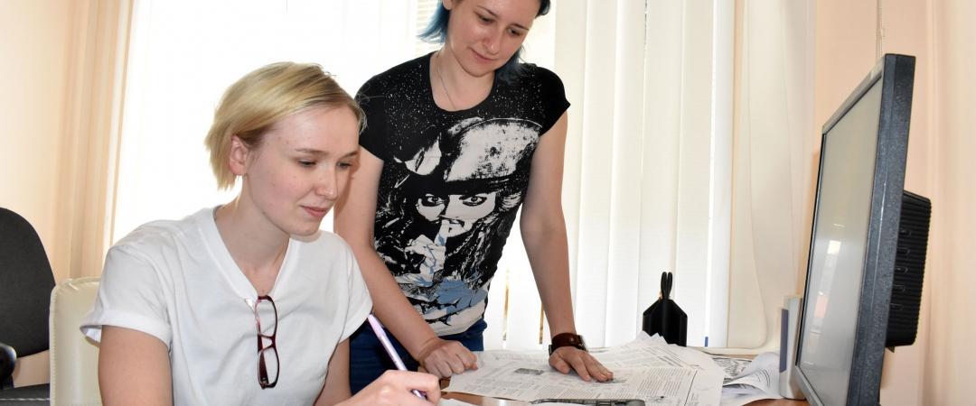 Шеф-редактор «Марийской правды» Наталья Балахонцева (слева) и начальник отдела дизайна и верстки Ирина Бородянская