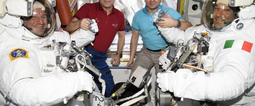 Перед выходом астронавтов вкосмос 2 декабря.  Олег Скрипочка. РОСКОСМОС