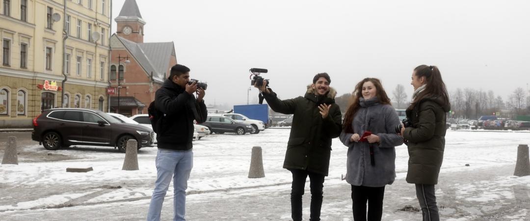Во время подготовки сюжетов. Один день в России. Фото: Анвар Галеев